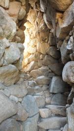 Im Turm führt eine steinerne Treppe nach oben.