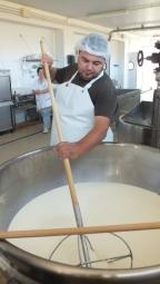 Käsemacher Davide Chiai, der in Bari Sardo einen gut gehenden Betrieb mit zehn Angestellten unterhält.