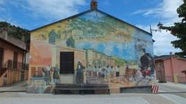 Ein Morales (Wandbild) in Gairo. Das Thema ist die Eisenbahn.