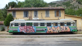 Der (besprühte) Trentino Verde im Bahnhof Gairo.