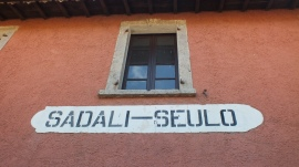 Aufschrift am Bahnhofsgebäude in Sadali.