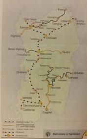 Staatsbahn von Nord nach Süd. Im Osten der Insel ist die Schmalspurbahn unterwegs. S/W= Staatliche Linie F.S. Gelb= Schmalspurbahn FdS, zum Teil durch Busse ersetzt. Schwarz= Trentino Verde, FdS, kleine Punkte= Stationen, große Punkte= Knotenpunkte der sardischen Eisenbahn.