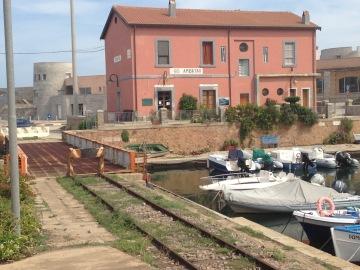 Streckenende in Arbatax. Rechts die Hafenmole.