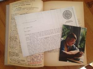 Ein Buch mit Faxe und Bildern, in denen man sich lesend verläuft.
